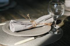 Поставьте установку на обсуждение Одна серая плита Нож и вилка Старомодный бокал Деревенская салфетка таблица деревянная Селектив Стоковое Фото