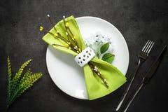 Поставьте установку на обсуждение Нож вилки и белая плита на темной таблице шифера Стоковые Фотографии RF