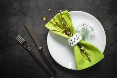 Поставьте установку на обсуждение Нож вилки и белая плита на темной таблице шифера Стоковое Изображение RF