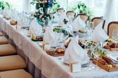 Поставьте установку на обсуждение Таблица служила для wedding банкета, конца вверх по взгляду Белая салфетка на белой пустой плит стоковое изображение