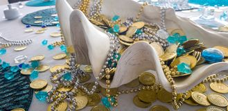 Поставьте deocoration с раковиной гигантского clam и сокровище на обсуждение пирата поддельных монеток и воротников стоковая фотография