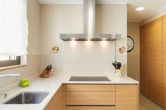 Поставленная квартира, современная кухня Стоковые Изображения