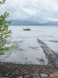 Поставленная на якорь шлюпка на реке Стоковые Изображения
