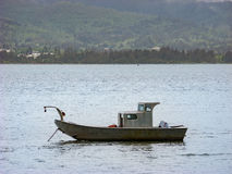 Поставленная на якорь шлюпка на спокойной воде Стоковые Фотографии RF