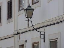 Поставленный в скобки уличный фонарь Стоковое Фото
