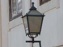 Поставленный в скобки уличный фонарь Стоковые Фото