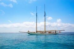 Поставленный на якорь парусник яхты Illetes Illetas Форментеры Стоковые Фото