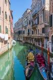 2 поставленных на якорь гондолы в Венеции Канал Венеции с поставленным на якорь gond Стоковая Фотография