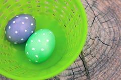 2 поставленных точки яичка в пластичной корзине Стоковое Изображение