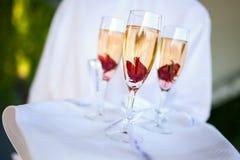Поставлять еду (сладостная Шампань с гибискусом в розовом сиропе) Стоковые Фотографии RF