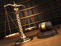 постамент правосудия принципиальной схемы 3d золотистый представляет маштаб Молоток, золотые масштабы и книги в библиотеке иллюстрация вектора
