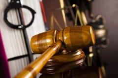 постамент правосудия принципиальной схемы 3d золотистый представляет маштаб Стоковое Фото