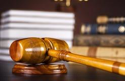 постамент правосудия принципиальной схемы 3d золотистый представляет маштаб Стоковые Изображения