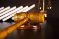 постамент правосудия принципиальной схемы 3d золотистый представляет маштаб Стоковая Фотография RF