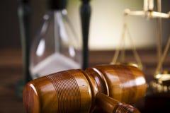 постамент правосудия принципиальной схемы 3d золотистый представляет маштаб Стоковое Изображение RF