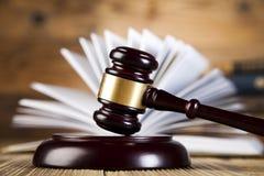 постамент правосудия принципиальной схемы 3d золотистый представляет маштаб Стоковые Фотографии RF