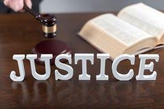 постамент правосудия принципиальной схемы 3d золотистый представляет маштаб Стоковые Изображения RF