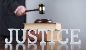 постамент правосудия принципиальной схемы 3d золотистый представляет маштаб Стоковое фото RF
