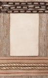 Постаретая бумага с лентой увольнения, цепью металла и веревочкой на мешковине Стоковое Изображение RF