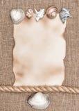 Постаретая бумага с раковинами моря и веревочка на предпосылке увольнения Стоковые Фото