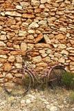 постаретая выдержанная стена сбора винограда камня велосипеда Стоковая Фотография RF