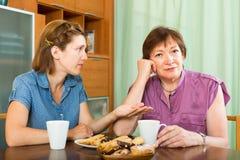 Постаретая женщина пенсионера и ее ча-выпивать дочери Стоковое фото RF