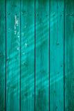 Постаретая покрашенная деревянная естественно выдержанная загородка, стоковые фото