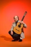 постаретая середина человека гитары Стоковое Изображение RF