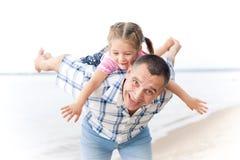 постаретая середина человека девушки маленькая играя усмехаться стоковое фото