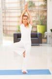 Постаретая серединой йога женщины Стоковое Изображение