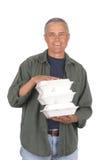 постаретая середина человека еды контейнеров вне принимает Стоковые Изображения RF