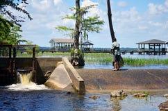 Постаретая серединой запруда мужской рыбной ловли малая Стоковые Изображения RF