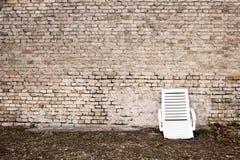 постаретая сломанная стена стула Стоковые Фотографии RF