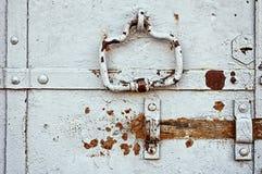 Постаретая сталь покрасила дверь с ржавыми архитектурноакустическими элементами стоковые фотографии rf