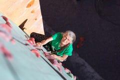 Постаретая стена женщины взбираясь Стоковая Фотография RF