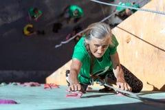 Постаретая стена женщины взбираясь Стоковое Изображение RF