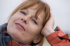 постаретая счастливая средняя женщина Стоковое фото RF