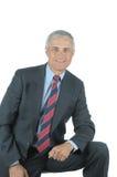 постаретое колено бизнесмена полагаясь средний усмехаться Стоковая Фотография RF