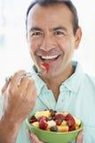 постарето ел салат середины человека свежих фруктов стоковое изображение rf
