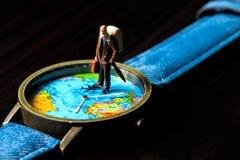 Постаретые вахты перемещения карты человека и мира Знамя фото перемещения мира Старший figurine путешественника Стоковая Фотография RF