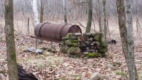 Постаретые каменный камин и бочонок стоковое фото rf