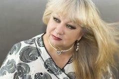 постаретые красивейшие средние женщины портрета стоковые фотографии rf