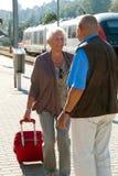 постаретые пары зреют поезд станции стоковая фотография