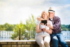 Постаретые пары наслаждаясь одином другого Стоковые Фотографии RF