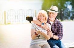 Постаретые пары наслаждаясь одином другого Стоковые Изображения