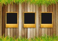 Постаретые рамки фото на старой деревянной предпосылке Стоковое Фото