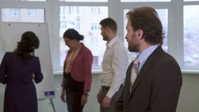 Постаретые серединой представления бизнесмена на офис стоковые фото