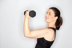 Постаретые серединой весы женщины поднимаясь Стоковое Изображение