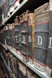Постаретые, старые книги на книжных полках Стоковое Изображение