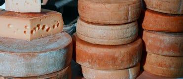 Постаретые сыры на продаже в рынке Стоковая Фотография